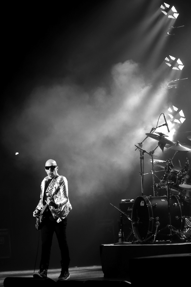 joe satriani from surfing to shockwave tour at chicago theatre chicago concert reviews. Black Bedroom Furniture Sets. Home Design Ideas