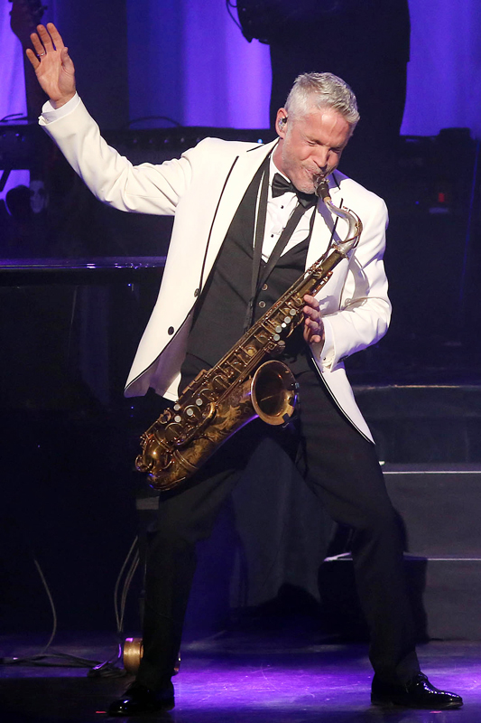 """Chicago Concert ReviewsDave Koz & Friends: """"20th Anniversary Christmas"""" Tour at Chicago Theatre"""